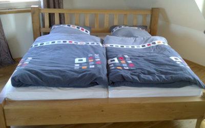 Massives Bett mit Kopfteil